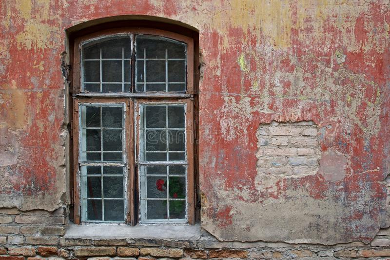 Hublot et mur rouge photo libre de droits