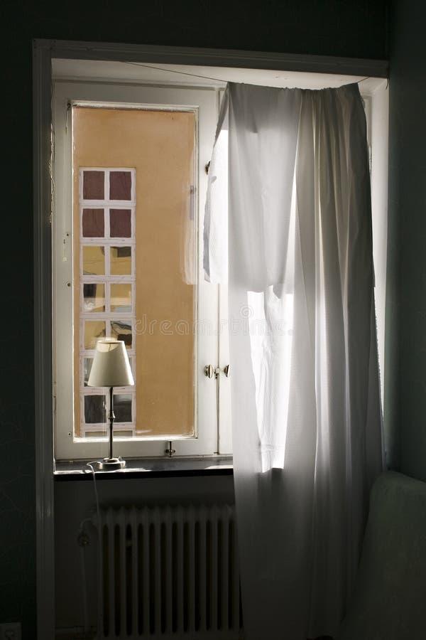 Hublot ouvert avec le rideau image stock