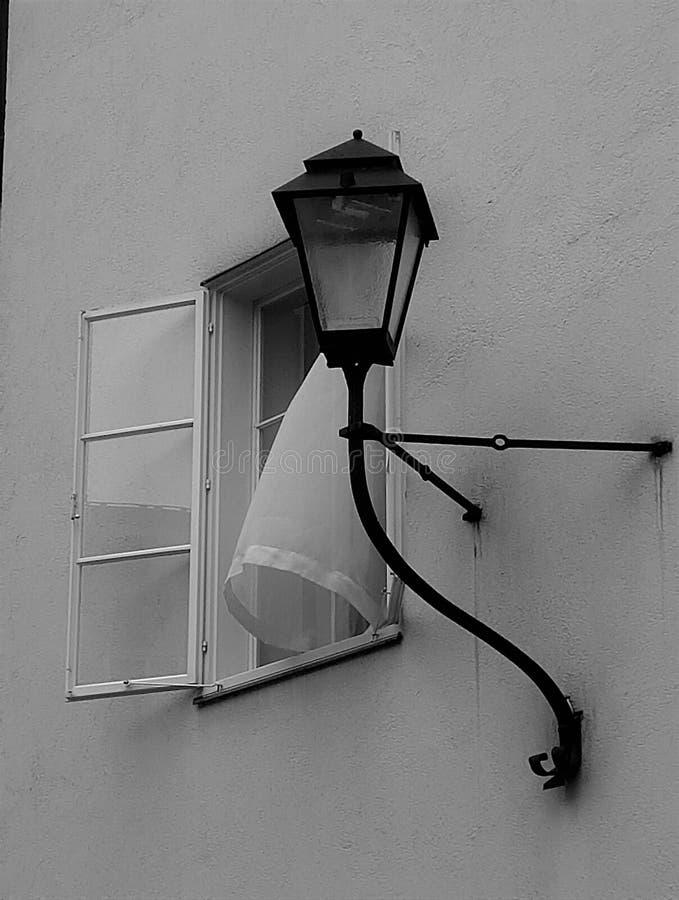 Hublot ouvert Le rideau blanc photos libres de droits