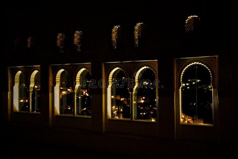 Hublots d'Alhambra par nuit image libre de droits