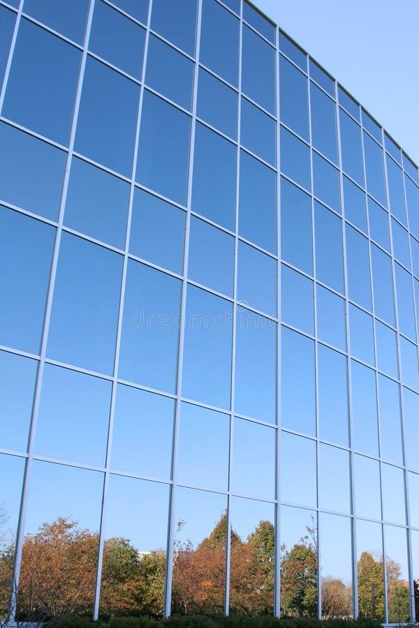 Hublots modernes d'immeuble de bureaux photo libre de droits