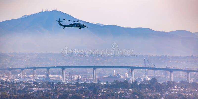 Hubschrauber über Coronado-Brücke in San Diego-Stadt lizenzfreie stockbilder