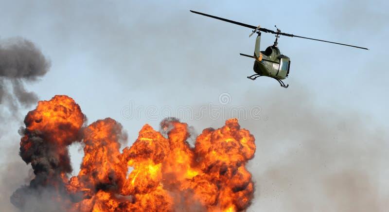Hubschrauber über Explosion stockbild