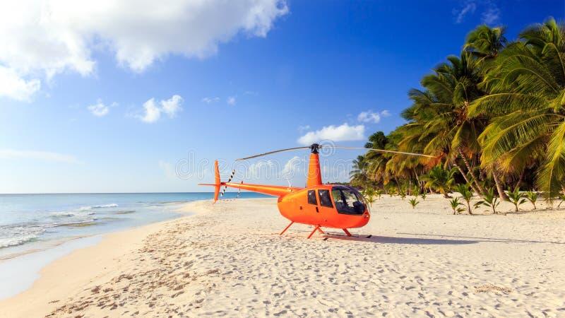 Hubschrauber auf karibischem Strand lizenzfreies stockbild
