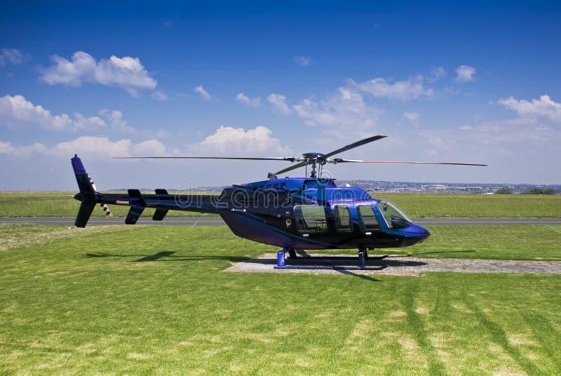 Hubschrauber Bell-407 - geparkt auf Hubschrauber-Landeplatz stockbilder