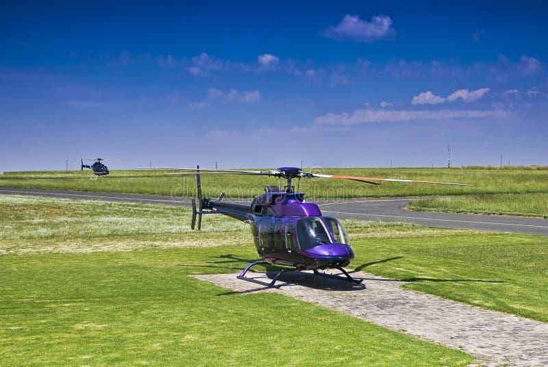 Hubschrauber Bell-407 - geparkt auf Hubschrauber-Landeplatz stockfotos