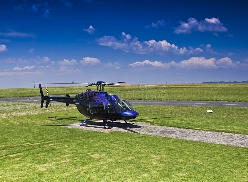 Hubschrauber Bell-407 parkte auf Hubschrauber-Landeplatz lizenzfreie stockbilder