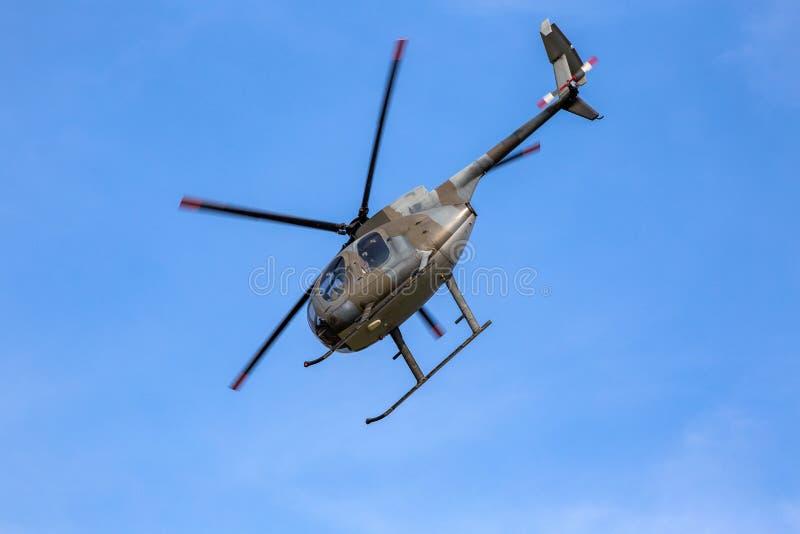 Hubschrauber, der unter einem klaren Himmel sich entfernt stockbilder