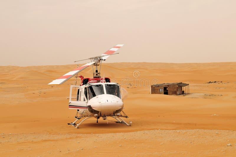 Hubschrauber in der Wüste lizenzfreies stockbild