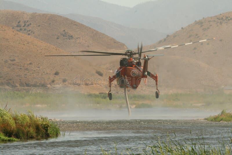 Hubschrauber, der Wasser einläßt lizenzfreies stockfoto