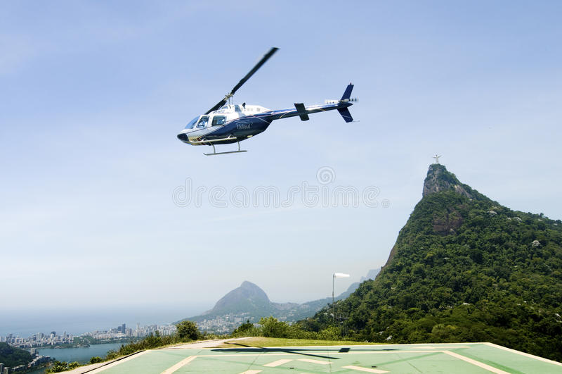 Hubschrauber, der zu Corcovado-Berg sich entfernt lizenzfreies stockfoto