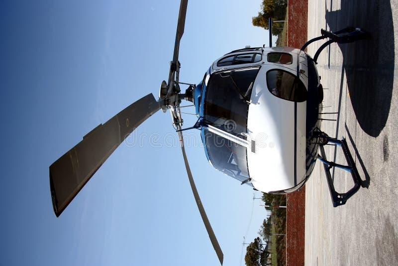 Hubschrauber geparkt auf dem Boden stockfoto