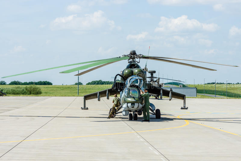 Hubschrauberangriff Mil Mi-24 Hinter stockfoto