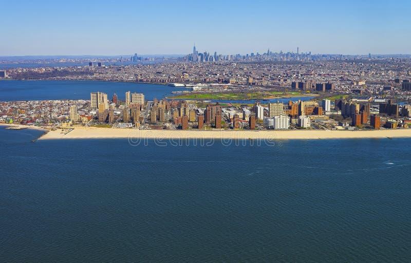 Hubschrauberansicht über Coney Island-Strand und -promenade stockbilder