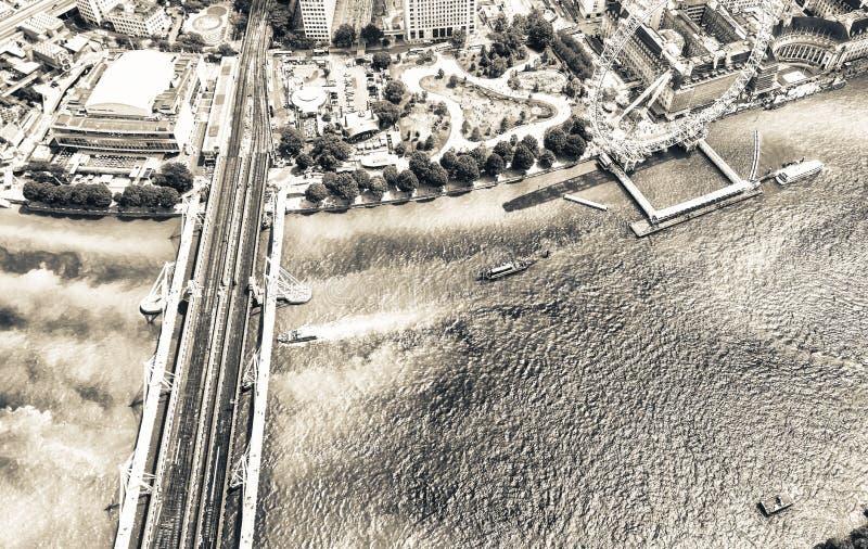 Hubschrauberansicht der panoramischen Rades und Themses Londons lizenzfreie stockfotos
