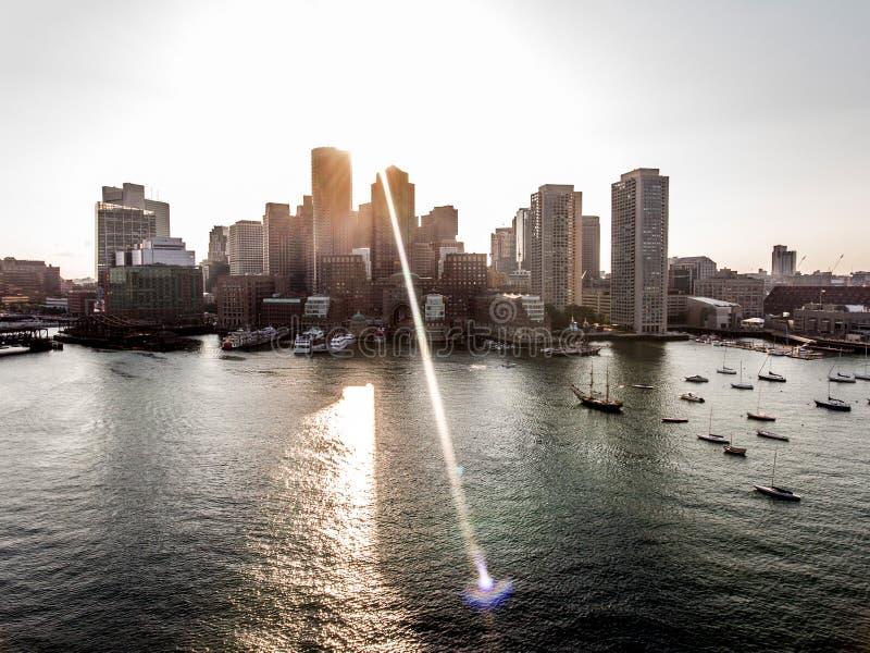 Hubschrauberflug Vogelperspektive-Bildskyline Boston MA, USA während des Sonnenuntergangs hinter den Wolkenkratzern nähern sich U lizenzfreie stockfotos
