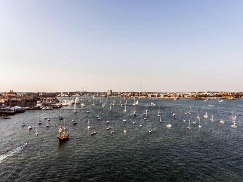 Hubschrauberflug Vogelperspektivebild Boston MA, USA während des Sonnenuntergangs beherbergten mit Booten nahe Ufergegendbucht lizenzfreie stockfotografie