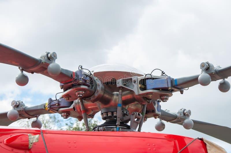 Hubschrauberkopf und Läuferschaufeln mit Turbinenstrahltriebwerk stockbild