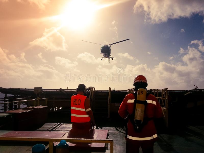 Hubschrauberlandungsoffizier HLO und Mitglied eines Feuerteams, das in Landung eines Hubschraubers unterstützt lizenzfreies stockbild