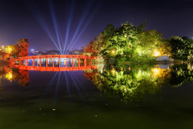 Huc桥梁的夜视图在Sword湖的在河内,越南 免版税库存图片