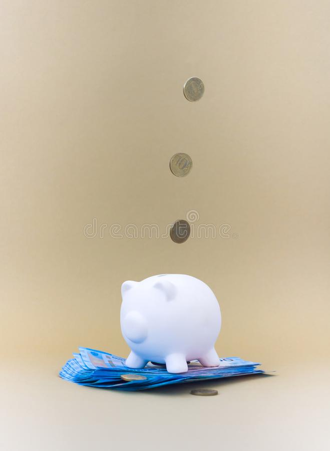 Hucha con el dinero y las monedas imagen de archivo