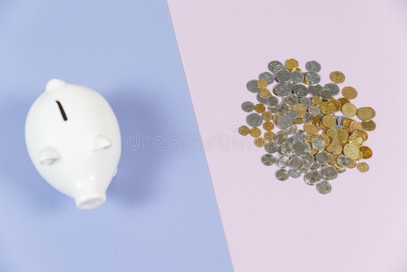 Hucha con las monedas del crecimiento imagen de archivo libre de regalías