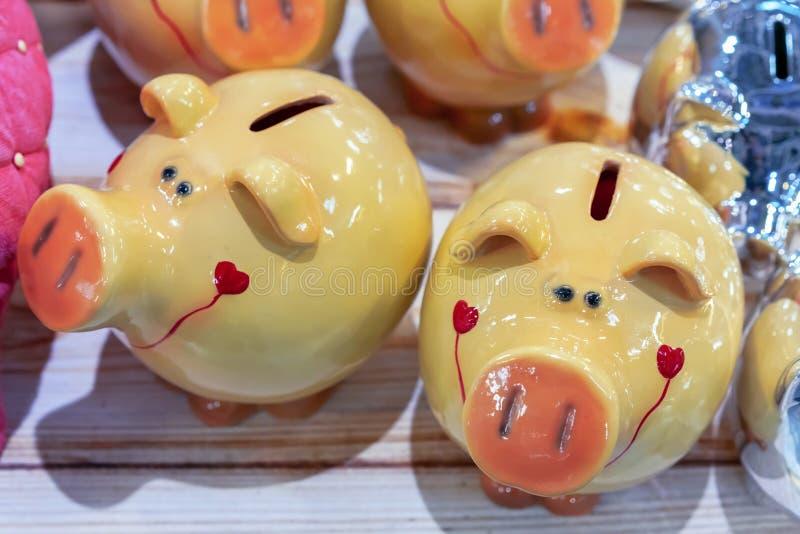 Hucha de cerámica amarilla en el contador de una tienda de souvenirs Símbolo de 2019 imágenes de archivo libres de regalías