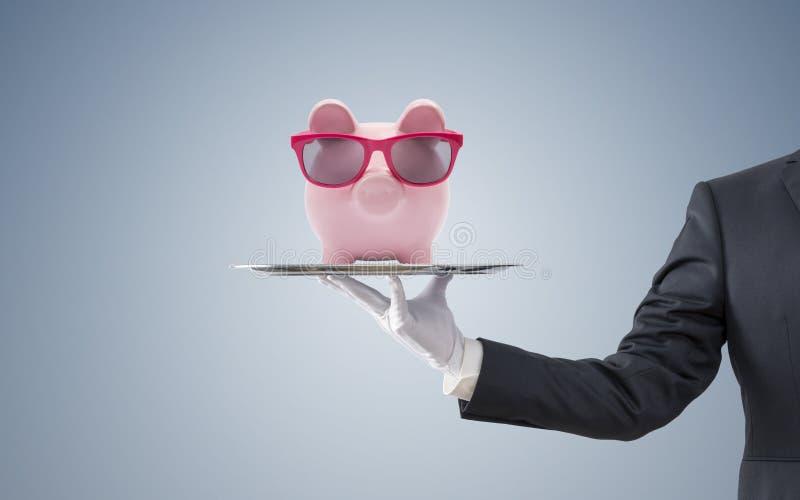 Hucha de ofrecimiento del hombre de negocios con los vidrios rosados foto de archivo libre de regalías