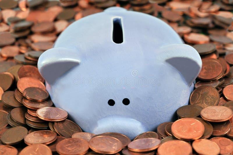 Hucha en monedas en cierre para arriba foto de archivo libre de regalías