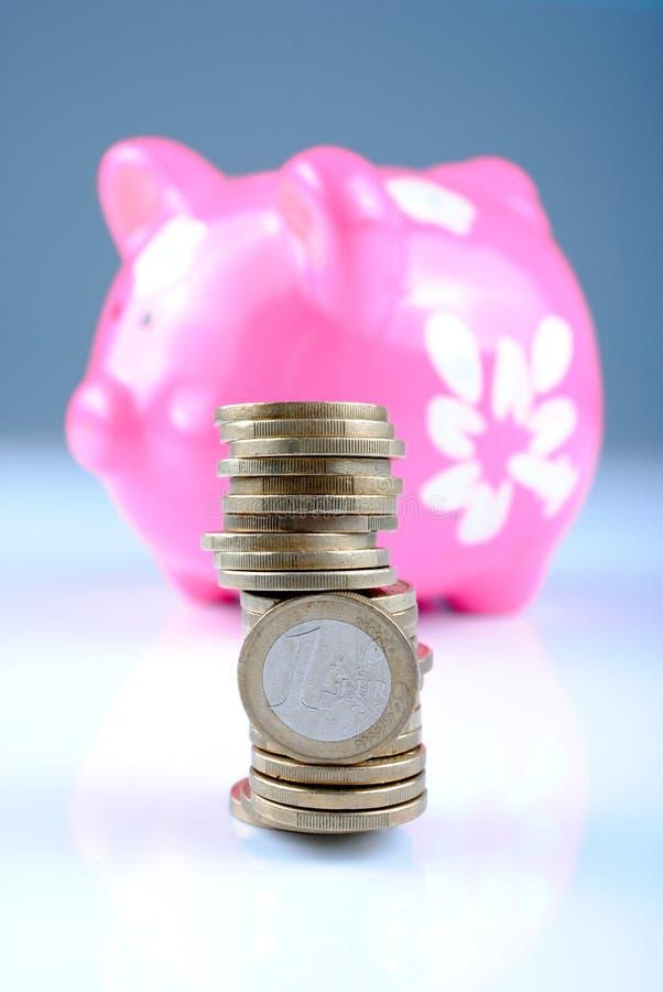 Hucha rosada con las monedas euro, sombras suaves imágenes de archivo libres de regalías