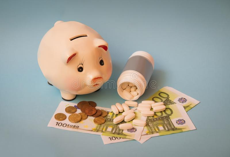 Hucha, tabletas y billetes de banco del euro en fondo azul Foco selectivo imágenes de archivo libres de regalías