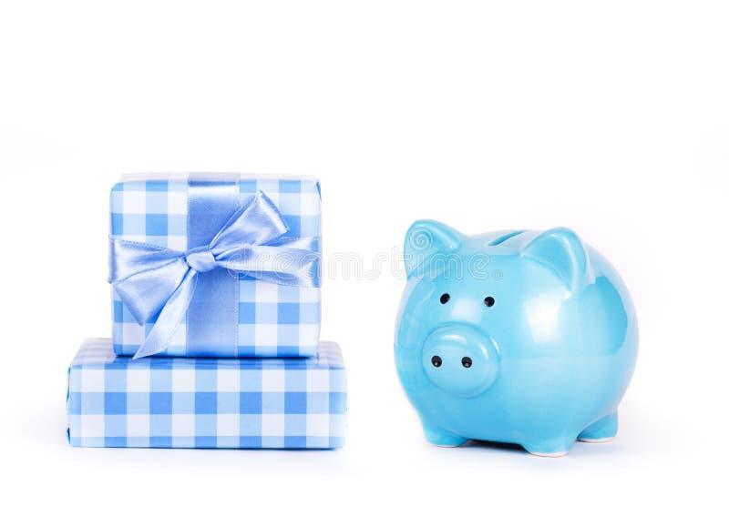 Hucha y pila de presentes Rectángulo de regalo con el arqueamiento Símbolo del año 2019 Caja de la hucha y de regalo foto de archivo