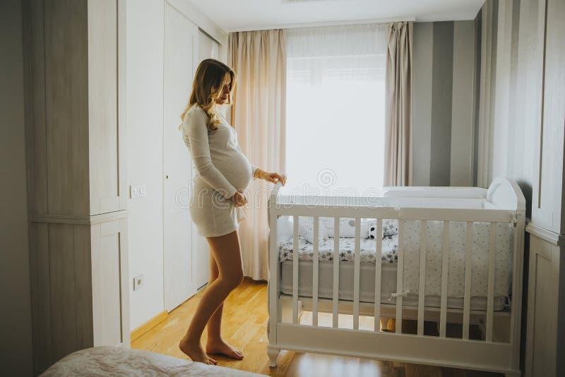 Huche et sourire de bébé d'établissement de femme enceinte image libre de droits