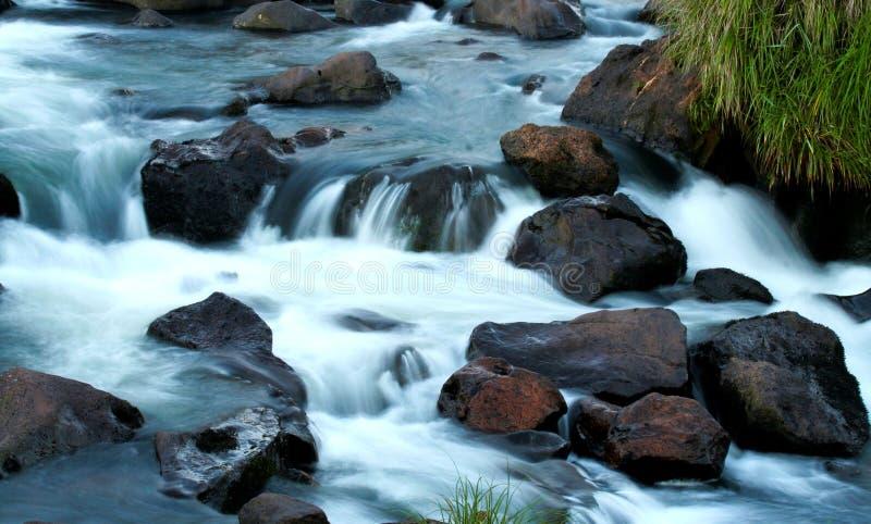 Huczenie rzeka przed spadkami zdjęcia royalty free