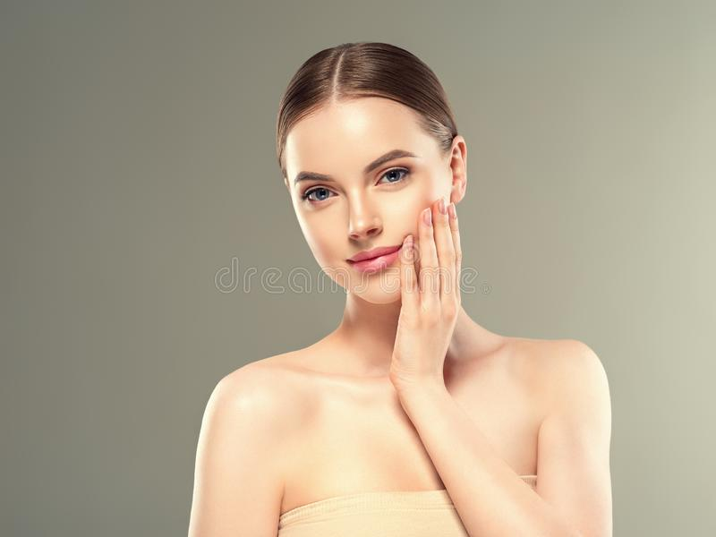 Hud för kosmetisk kvinnlig framsida för kvinna för lapp för ögonmaskering sund fotografering för bildbyråer