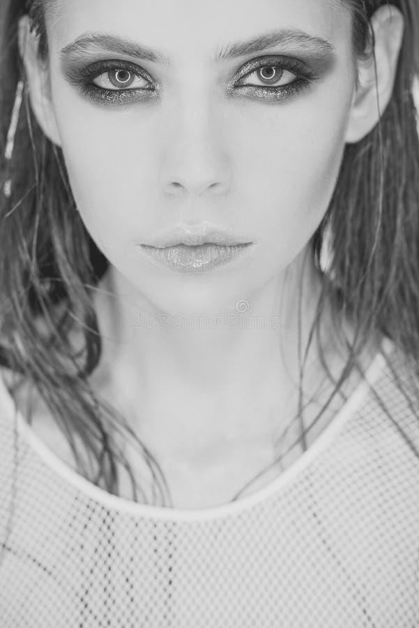 Hud för kvinna` s Flicka med ljus hud för ögonmakeupframsida, skincare Kvinna med oljigt långt hår i skönhetsalong guld- modell f royaltyfri foto