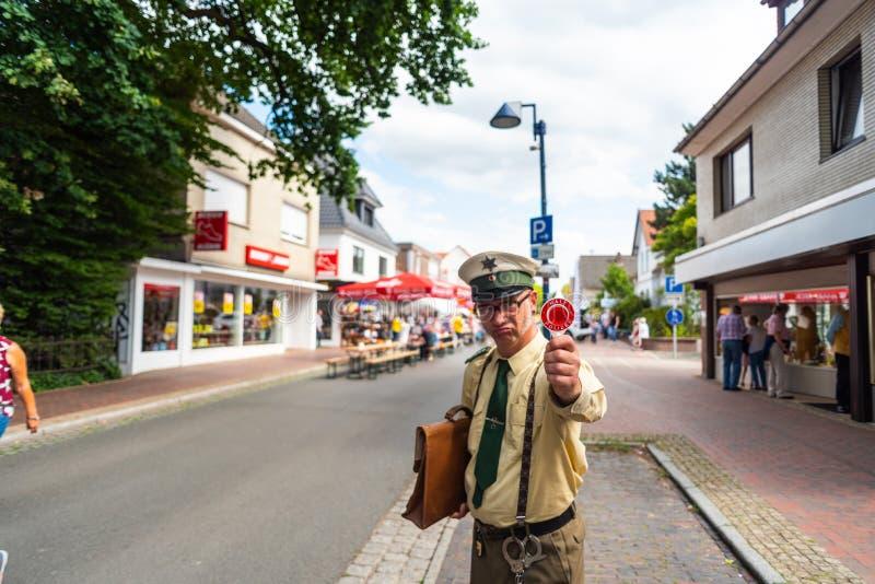 Hude,德国,2019年7月,21:天在hude下部萨克森地区的自治市的意大利夜以后 a的一名假装的喜剧演员 免版税库存照片