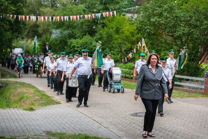 Hude, Германия, 04,2019 -го август: парад стрелка через hude стоковые фото