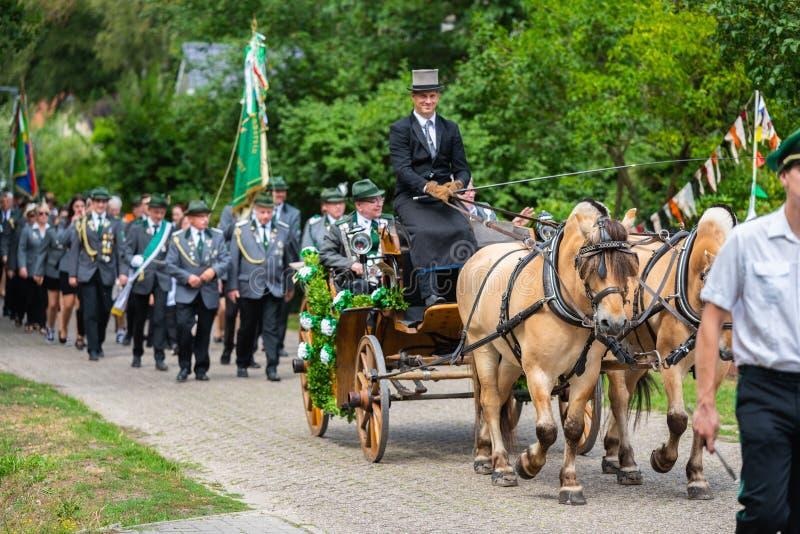Hude, Германия, 04,2019 -го август: парад стрелка через hude стоковые фотографии rf