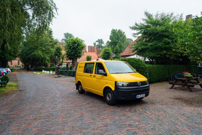 Hude, basse-saxe, Allemagne - 13 juillet 2019 ruines de monastère avec un autobus de courrier Hude - Bilder photo stock