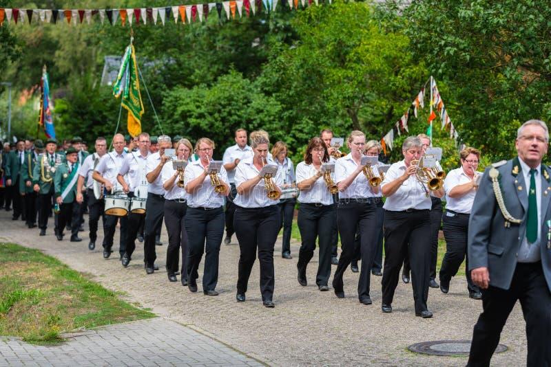 Hude, Duitsland, 04,2019 Augustus: schutterparade door hude royalty-vrije stock fotografie