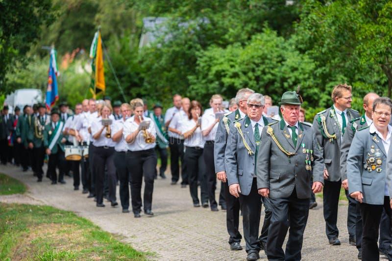 Hude, Duitsland, 04,2019 Augustus: schutterparade door hude royalty-vrije stock afbeeldingen
