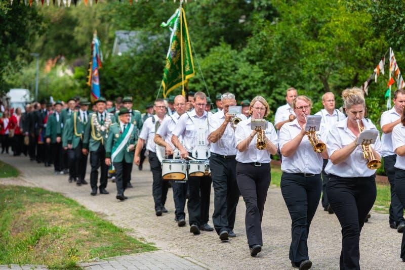 Hude, Duitsland, 04,2019 Augustus: schutterparade door hude stock fotografie