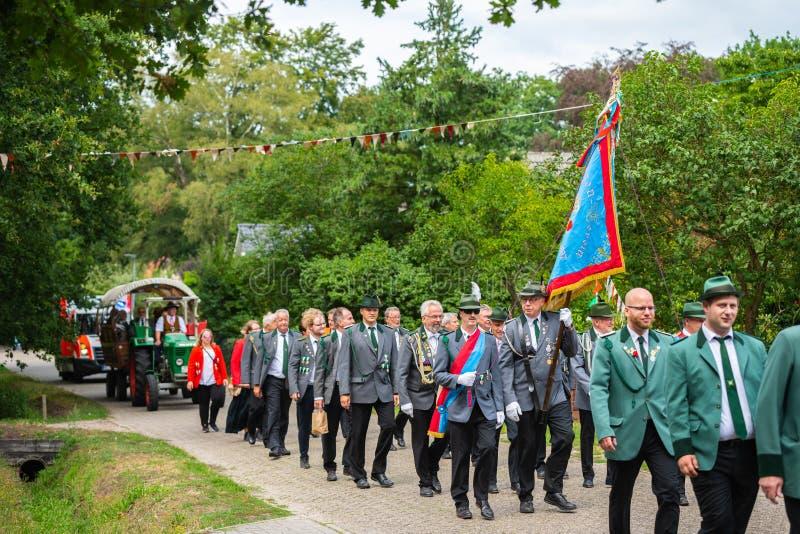Hude, Duitsland, 04,2019 Augustus: schutterparade door hude royalty-vrije stock foto