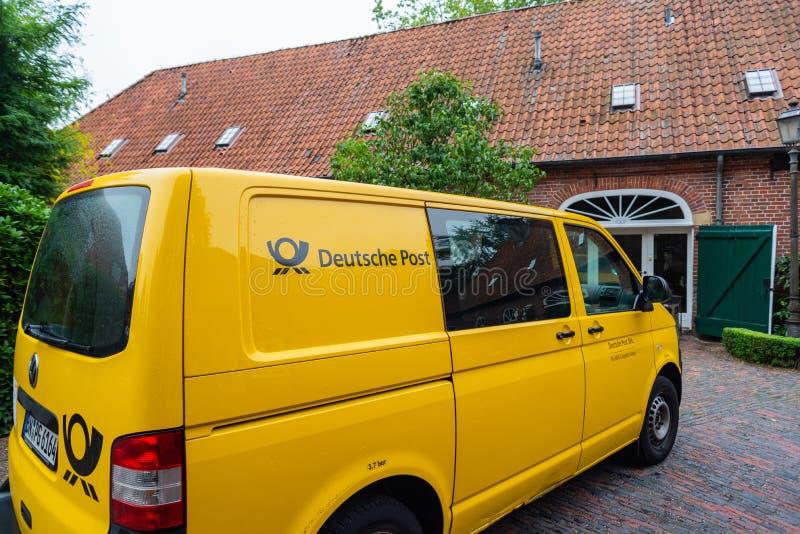 Hude, Niski Saxony Niemcy, Lipiec - 13 2019, Bilder, monaster ruiny z pocztą autobusowy Hude - fotografia royalty free