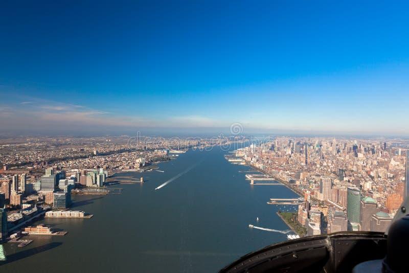 Hudson湾的鸟瞰图从一架直升机的驾驶舱的在纽约 免版税库存图片