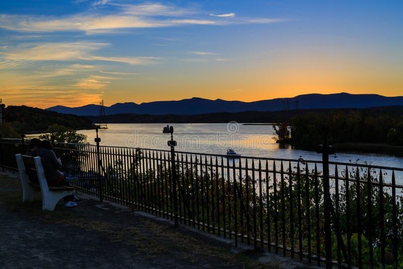 Hudson River au crépuscule dans le Hudson avec le phare et les bateaux photo stock