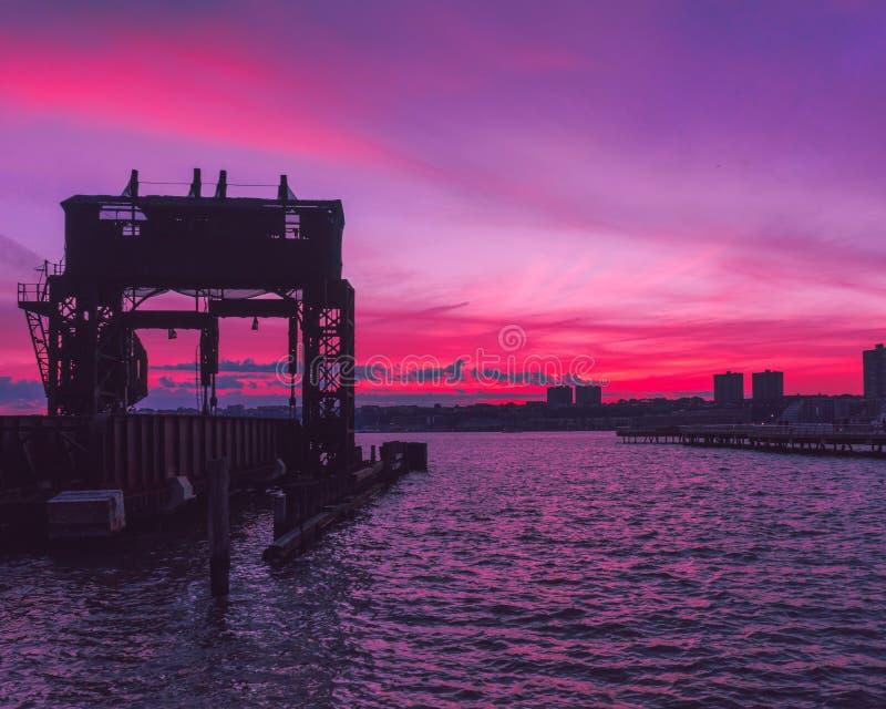 Hudson River Sunset dal parco della riva del fiume immagini stock libere da diritti