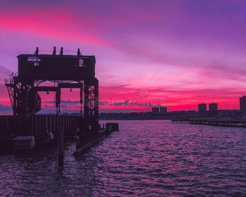 Hudson River Sunset vom Flussufer-Park lizenzfreie stockbilder