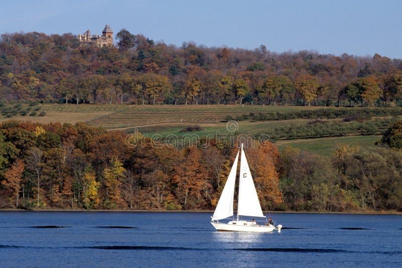 Hudson River, voilier et Olana image libre de droits